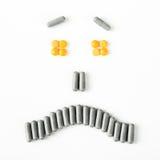Sonrisa triste y gritadora hecha de muchas cápsulas de las píldoras Concepto de la salud Fotografía de archivo libre de regalías