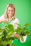 Sonrisa verde del houseplant del agua de la mujer de negocios fotografía de archivo libre de regalías