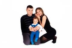 Sonrisa y abrazo felices de la familia. Foto de archivo libre de regalías