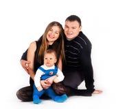 Sonrisa y abrazo felices de la familia. Imagenes de archivo