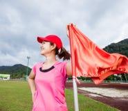 Sonrisa y bandera de la mujer del deporte Fotos de archivo