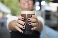 Sonrisa y cerveza de malta fotografía de archivo