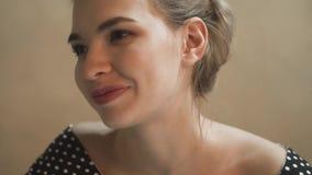 Sonrisa y charla feliz de la mujer joven en vestido de noche con en un restaurante almacen de metraje de vídeo