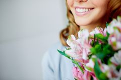 Sonrisa y flores Imagen de archivo libre de regalías