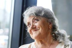 Sonrisa y mirada de la cara de la abuela fotos de archivo libres de regalías