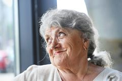 Sonrisa y mirada de la cara de la abuela imagen de archivo