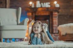 Sonrisa y niña feliz imagen de archivo libre de regalías