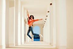 Sonrisa y salto alegres de la mujer Foto de archivo libre de regalías