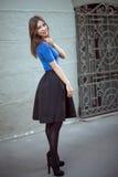 Sonrisas al aire libre de la muchacha de Vogue Fotografía de archivo libre de regalías