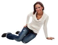 Sonrisas bonitas de una mujer. Estudio tirado en blanco. Imágenes de archivo libres de regalías