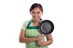 Sonrisas de cocinar confiadas de la señora imágenes de archivo libres de regalías