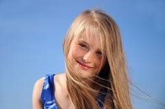 Sonrisas de la niña Imagenes de archivo