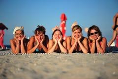 Sonrisas del verano - novias en la playa Imagen de archivo libre de regalías