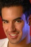 Sonrisas en un varón sin afeitar Foto de archivo