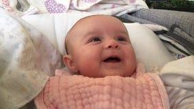 Sonrisas felices del bebé almacen de video