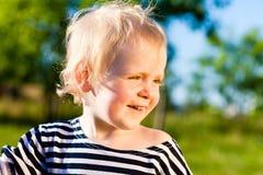 Sonrisas felices del niño Foto de archivo