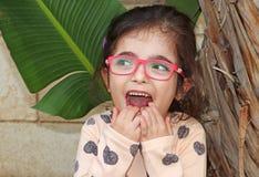 Sonrisas felices lindas de una niña fotografía de archivo