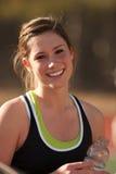 Sonrisas femeninas del atleta de la High School secundaria Foto de archivo libre de regalías