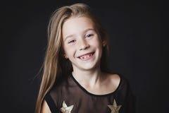 Sonrisas jovenes de la niña Foto de archivo