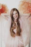 Sonrisas jovenes de la niña Imágenes de archivo libres de regalías