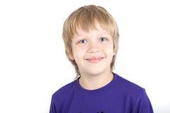 Sonrisas jovenes del muchacho Fotografía de archivo libre de regalías