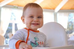 Sonrisas lindas del bebé feliz y alegre foto de archivo libre de regalías