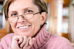 Sonrisas maduras de la mujer fotografía de archivo libre de regalías