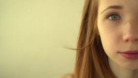 Sonrisas pelirrojas positivas de la muchacha almacen de metraje de vídeo