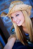 Sonrisas rubias del modelo mientras que desgasta el sombrero de vaquero Fotografía de archivo