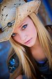 Sonrisas rubias del modelo mientras que desgasta el sombrero de vaquero Foto de archivo libre de regalías