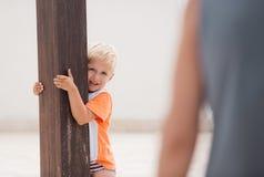 Sonrisas y juego del niño en terraza imagenes de archivo
