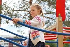 Sonrisas y juegos de la niña en patio de los niños Imágenes de archivo libres de regalías