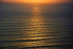 Sonset op de vreedzame oceaan stock foto's