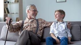 Sonson och morfar som skrattar och att skoja och att ha bra tid tillsammans, kommunikation arkivbild