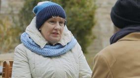 Sonsonen och farmodern talar i det friakafé arkivfilmer