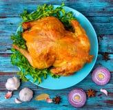 Sont frais le poulet frit savoureux fait se trouve d'un plat près des épices image stock