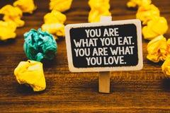Sont le signe des textes vous montrant ce que vous mangez Êtes vous ce que vous aimez Début conceptuel de photo pour manger le ta Photographie stock