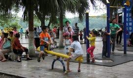 Sont les enfants jouant en parc Images libres de droits