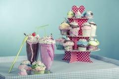 Smoothies et petits gâteaux Photographie stock libre de droits