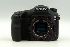 Sony Alpha 68, A68, corpo con la lente di Fotografie Stock Libere da Diritti