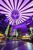 Sony Center Berlin iluminou-se pela luz violeta Fotografia de Stock