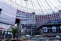 Sony Center está situado cerca del ferrocarril de Berlin Potsdamer Platz Fotografía de archivo libre de regalías