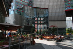 Sony Center kopplar av hörnet Berlin Arkivbild