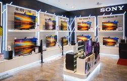 Sony-de vertoning van TV in Siam Paragon in Bangkok Sony is één van de belangrijke fabrikanten van elektronische producten voor d Royalty-vrije Stock Afbeeldingen