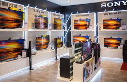 Sony-de vertoning van TV in Siam Paragon in Bangkok Sony is één van de belangrijke fabrikanten van elektronische producten voor d Royalty-vrije Stock Foto