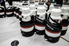 Sony des téléobjectifs de 400 millimètres pour l'alpha 9 séries sont empilés pendant une conférence pour image stock