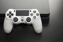 Sony PlayStation 4 λεπτός 1Tb ελεγκτής αναθεώρησης και παιχνιδιών Στοκ Φωτογραφίες
