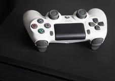 Sony PlayStation 4 λεπτός 1Tb ελεγκτής αναθεώρησης και παιχνιδιών Στοκ Εικόνες