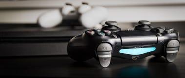 Sony PlayStation 4 λεπτός 1Tb ελεγκτής αναθεώρησης και παιχνιδιών στην ξύλινη επιφάνεια Στοκ Εικόνες