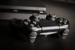 Sony PlayStation 4 λεπτός 1Tb ελεγκτής αναθεώρησης και παιχνιδιών στην ξύλινη επιφάνεια Στοκ Φωτογραφίες